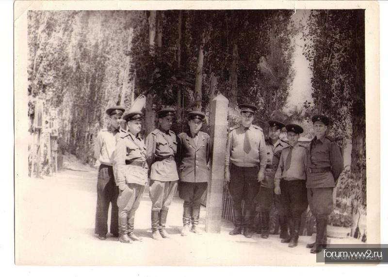 Офицеры и генерал в погранотряде