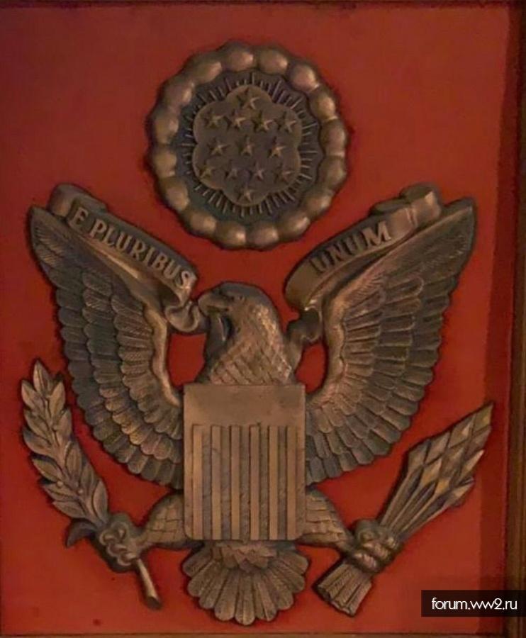 Герб США в деревянной раме