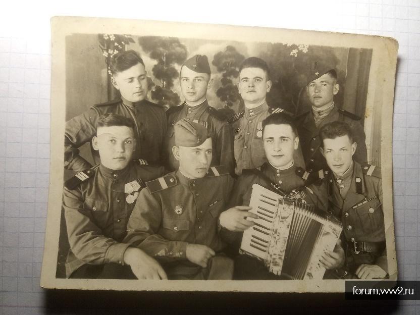 Интересная униформа старшего сержанта на фото 1946 года.