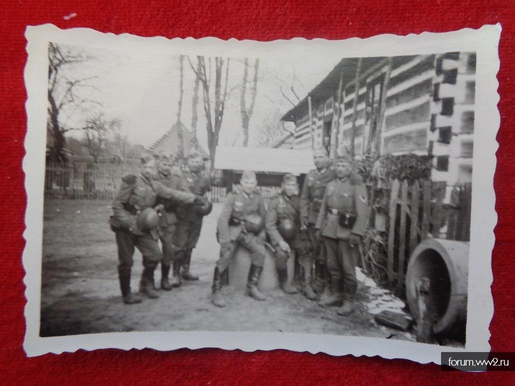 фото: Солдаты с касками у дома