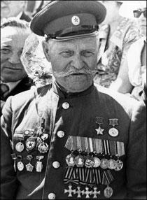 Фото ветерана с наградами СССР и Георгиевскими крестами