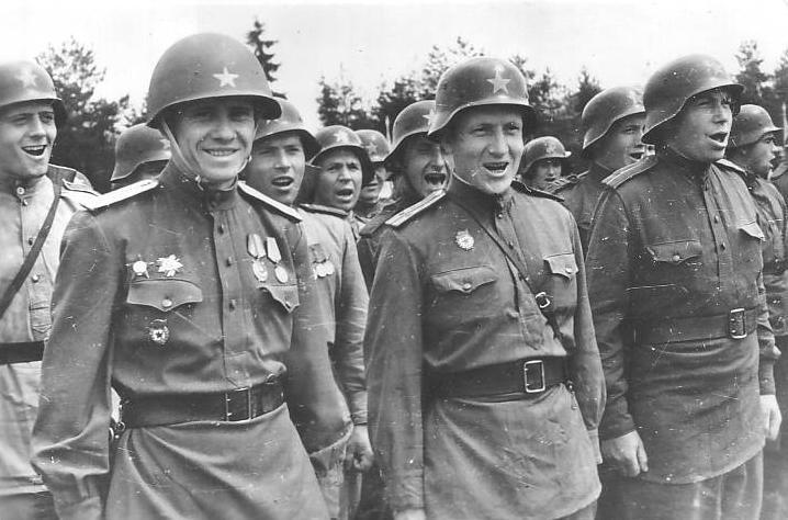 Советские солдаты в немецких касках фото