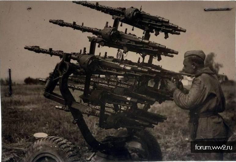 Военные фотографии и видео, а также листовки и плакаты.