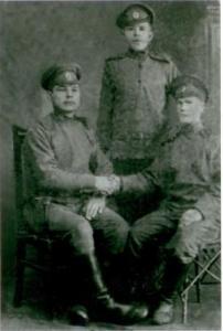 Помогите, пожалуйста, определить, что за униформа на этих людях, да и вообще что скажите об этой фотографии? (Фото Период 1Мировой войны)