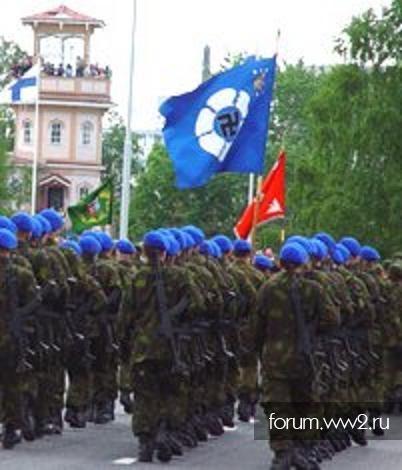 Солдаты под штандартом со свастикой