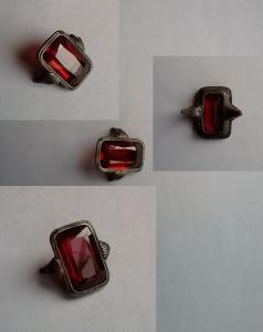 Остатки кольца с камнем.