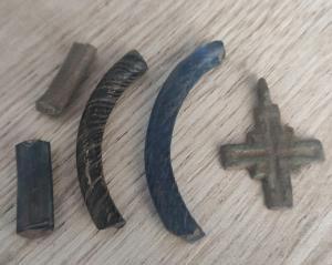 Большой крестик киевская Русь. И части стеклянных браслетов.