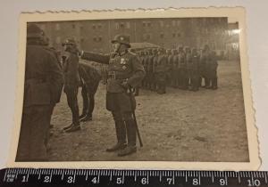 Офицер с парадной саблей, Железным крестом 1 класса и орденской колодкой.