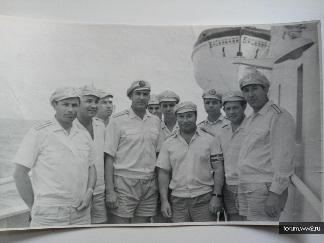 Фото офицеров ВМФ СССР в тропической форме в фуражках.