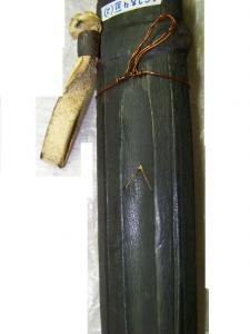 Треугольный вырез на обратной стороне ножен кинжала