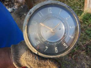 Часы автомобильные 2 шт на определение