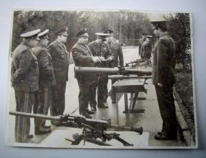 Офицеры на смотре оружия