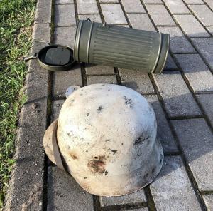 Шлем М-42, бачок, пряжка, жетон.