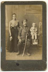 Фото военного с семьей