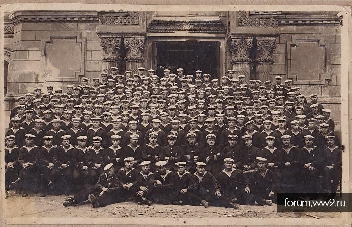 Учебный отряд подплава РККФ. Моряки с командирами.