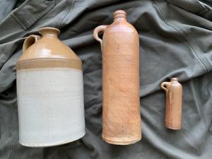 Старые керамические бутылки
