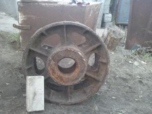 Передок пушки и колесо танка