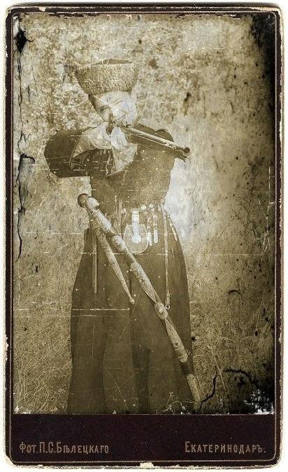 Фото кубанских и терских казаков с оружием.