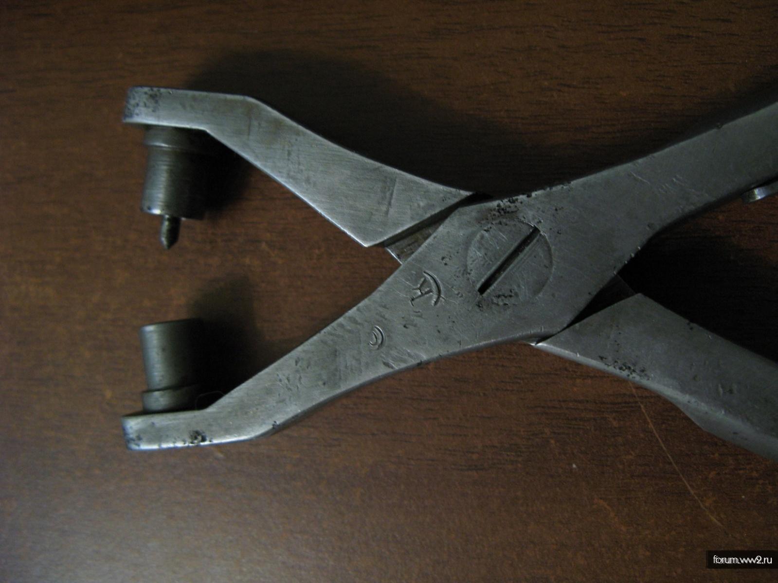 Клейма на щипцах из принадлежностей к пулемёту Максима.