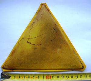 Желтый пластмассовый треугольник