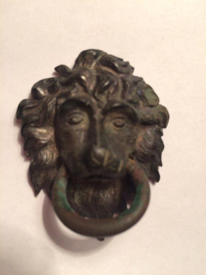 Барельеф льва с кольцом в зубах.