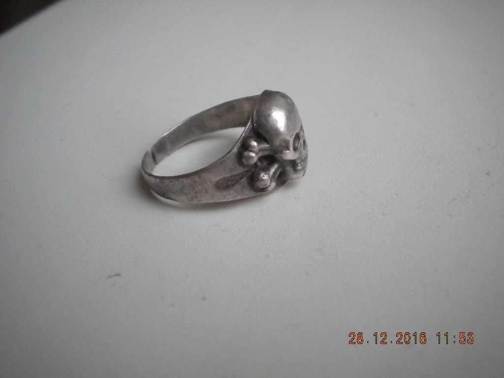кольцо с черепом пустотелым.